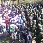 Instalan plantón en #Ayutla hasta retiro de militares. http://t.co/Fto07aM5yq http://t.co/ZhKS7kKzlf vía @fronterainfo #YaMeCanse7