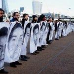 Impresionante al lado del río Támesis en Londres, exigen justicia por los 43 normalistas desaparecidos #YaMeCanse8 http://t.co/vg4ad9HX0e