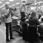 .@Suns @Sdizzle45 @SunsGorilla know how to make an entrance & purchase customers @FrysFoodStores groceries! #SunsGive http://t.co/hU8Puhan3z