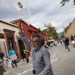 El pintor oaxaqueño Francisco Toledo vuela 42 papalotes por normalistas de Ayotzinapa -FOTOS http://t.co/brwCnydw5Q http://t.co/oGBMAWMlng