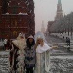 Мөрөөдлийн Өвлийн өвөө, Цасан охиноо хараад ямар их баярлаваа. :-) Монгол ахан дүүсдээ мэнд гэж байна. ???? http://t.co/1qA19az15u