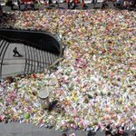 This view of #MartinPlace looks like the body of a giant floral guitar Great photo @John__Donegan #sydneysiege http://t.co/im8mzEXZFN