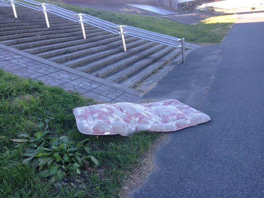 風強すぎて、遠くから布団が、しかも敷き布団が飛ばされてる((((;゚Д゚))))))) http://t.co/LFmJYsfU4s