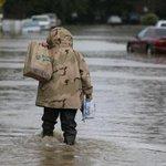 """#prioridades """"@g1: Americano encara ruas alagadas após tempestade para buscar cerveja http://t.co/wiOTaLko5J #G1 http://t.co/ZHGXd3Y0iV"""""""
