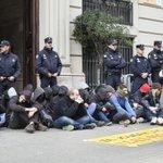 Una protesta contra la ley Mordaza corta el acceso a la jefatura de la Policía en Barcelona http://t.co/l0pSQHWAEK http://t.co/dyIuu0IiUl