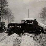 #Neige à #Noel ? en tous cas pb de circulation sur les Champs-Elysées. A éviter (hiver 1945). #Paris #France #meteo http://t.co/ruHoFsGxua
