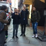Cè un uomo su di una gru nel centro di #Bologna. Sotto mezzi uomini lo fotografano e lo deridono http://t.co/TPcTGpSpgb