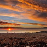 .@alvarogd21 me envía esta foto del amanecer de hoy en #Barcelona. ¡Impresionante! En cuatro días ahí... http://t.co/i9Yv8lVeGy