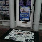 Standplaats Haarlems Dagblad tijdens Serious Request. Hoek Smedestraat:Geite Markt. Gave deurmat, of niet! http://t.co/LnZjmrEO7K