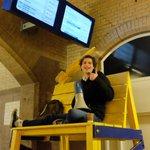 """""""Kom met de trein!"""" #SeriousRequest #3FM #SR2014 Zegt de nieuwe stationsomroeper van Haarlem: http://t.co/t0eOVt3XLa"""
