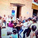 """@DolarToday: Trifulca por pañales deja a un policía herido y dos detenidos -► https://t.co/iDwqp69hv0 http://t.co/gkpvUTCftw"" #Tropa"