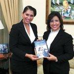 """La actriz Jacqueline Estrella puso en circulación el libro """"Una estrella para Margarita"""" http://t.co/PHvBPBO61T http://t.co/TLRbtY1KFO"""