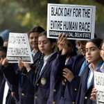 Indian students make human chain in New Delhi, paying tribute to martyrs of #PeshawarAttack #IndiaWithPakistan http://t.co/LYpD5oTyLo