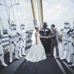 คู่บ่าวสาวบังเอิญเจอกลุ่มแฟน Starwars มาทำกิจกรรมใกล้กัน เลยได้ภาพ Pre Wedding ที่น่ารักสุดๆ ภาพโดย @lovemoonphoto http://t.co/9TgUKVgJXR