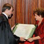"Parabéns, @dilmabr! ""Presidenta recebendo o diploma do presidente do @TSEjusbr, Dias Toffoli #foto #diplomação http://t.co/vEV6dFhj4M"""