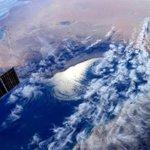 صورة من الفضاء إلتقطتها رائدة الفضاء الإيطالية سامنثا كريستوفوريتي معلقةً عليها؛ مرحباً عُمان ، هكذا نراكم من الفضاء. http://t.co/KYc05UN5qN