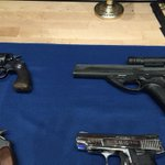These 2 blacks guns r the ones #bobbyshmurda were allegedly busted with in #nyc by police. #hot97 #brooklyn #shmoney http://t.co/QIZrXRo03n