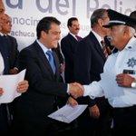 Conjuntamente con @Paco_Olvera reconozco a policías que sirven con valentía y sobre todo actuando con patriotismo!! http://t.co/24eWe1dM1q