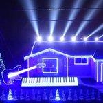 Decoração de Natal com show de luzes e música de Star Wars toca todo dia. http://t.co/6FcZILq6Ce http://t.co/rrIdQMgEpY