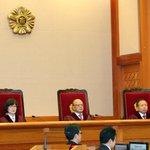 [1보] 헌재가 통합진보당 해산 결정을 내렸습니다. 재판관 8 대 1 의견으로 해산을 결정했고, 동시에 의원 5명에 대한 의원직 상실 결정도 내렸습니다. http://t.co/iMk35V9LT4 http://t.co/JBMvrvBq67