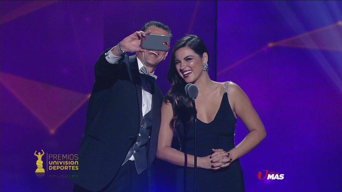 Como todo un fan, @Felixatlante12 se tomó su selfie con @MaiteOficial, ¡que nos la pase! #PremiosUD http://t.co/OY0aBMjO07