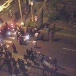 Policías agreden a manifestante en la 15 de Av Arequipa durante protestas contra Ley Laboral Juvenil. Vía Helen Peña http://t.co/pFtaEab6Pd