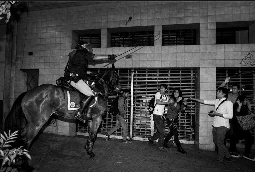 En marcha contra #leypulpín no dijo Urresti que policías irían con guantes blancos? Dijo a caballo y con fierrazo! http://t.co/clDj3L4ggy