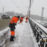 Очистка тротуаров на путепроводе 22 Партсъезда @Rudakov_i_a, @DepBlagSamara http://t.co/tqpEtCQv67