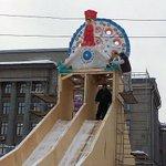 На 10-метровую горку на Театральной площади водрузили дымковского индюка http://t.co/AaFOyMVQSX #Киров #Новыйгод2015 http://t.co/tBjZbpjIfQ