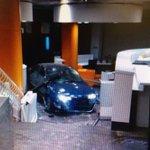 El coche ha atravesado el cierre de la sede del PP hasta llegar al interior del vestíbulo http://t.co/yJ9dOFiWLU http://t.co/67omLHMUy7