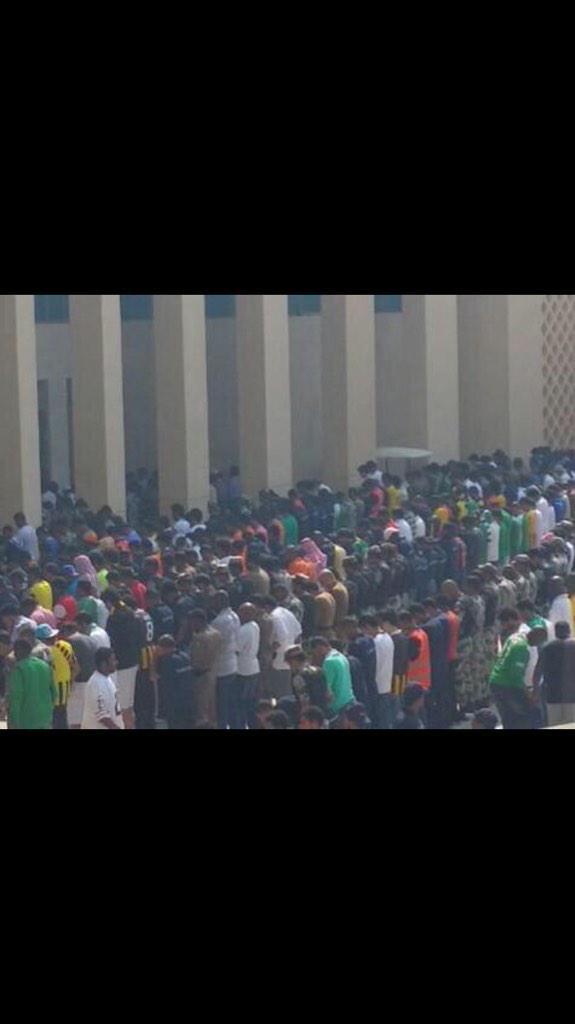 نايف الصحفي (@alsahfe2): حضور كبير من شبابنا لخطبة الجمعة في استاد الجوهرة وهذه صورة توضح الحضور خارج المسجد #الأهلي_الاتحاد http://t.co/avbPgcdhhD