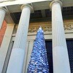 La #RAE300años ha presentado hoy su árbol navideño, construido con un millar de diccionarios. http://t.co/r1CWXQ45zH