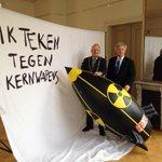 Kerstgedachte: Burgemeester Hoekema tekent tegen kernwapens @jan_hoekema @Official_PAX @Gem_Wassenaar http://t.co/ORPcMa7QmK