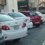 في #الجفير السيارات التابعة لمكاتب الإيجار تحتل مواقف السيارات. فما ذنب اصحاب المحلات؟ واين المسؤولين؟  #البحرين http://t.co/KSl9Hv7Ngf