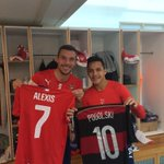 Los hermanos @Podolski10 y @Alexis_Sanchez entregándose el regalo de cumpleaños :) https://t.co/G4acY4woXp