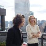 Harry siedział obok fanki (nataliabetty_ IG) w samolocie w środę i przyszedł ją odwiedzić w jej apartamencie w NYC http://t.co/Es2BRSYptB