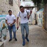 بعد ان قامت قوات الاحتلال برش احياء القدس بالمياه العادمة فأصبحت رائحتها لا تطاق.. شبان مقدسيون يقومون برشها بالعنبر. http://t.co/lSLaL0lRT2