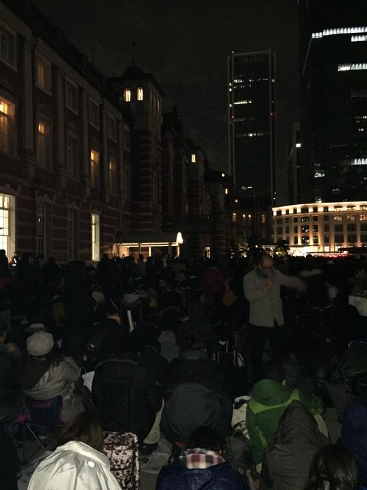 東京駅100周年記念のSuicaを求め、鉄ヲタと転売屋が大集合!始発前に3000人超えで収集がつかない状態に