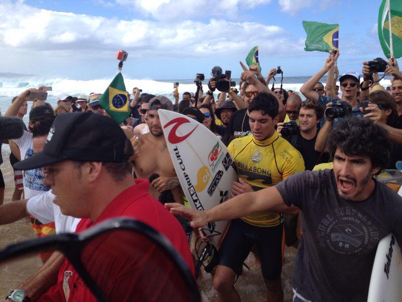 Muita comemoração dos brasileiros no #Hawaii após a vitória de @gabriel1medina no round 4! #VaiMedina #sou4x4 http://t.co/s0Y1EVWV1Q