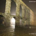 La niebla envuelve al acueducto aunque crea un espectacular juego de luces #Segovia. @aquilatierratve @tiempo_rtvcyl http://t.co/EWWcQJkS7q
