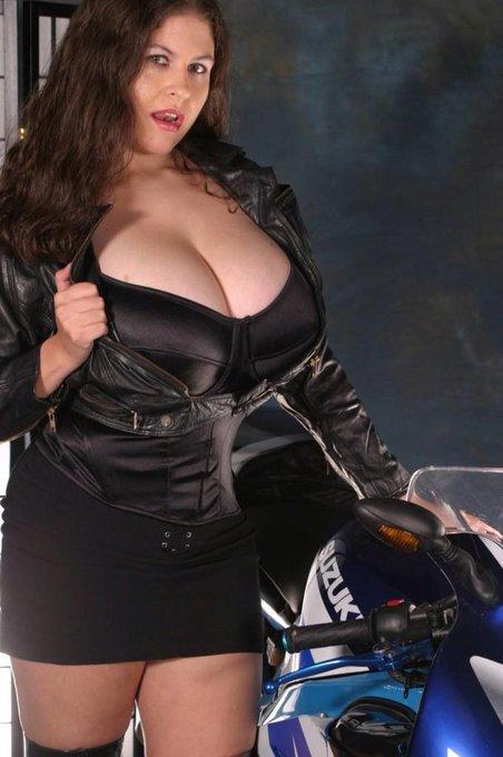 #babes #BigBoobs #BigTits #Busty #curvy #cleavage #denisedavies http://t.co/o1faSh23iO