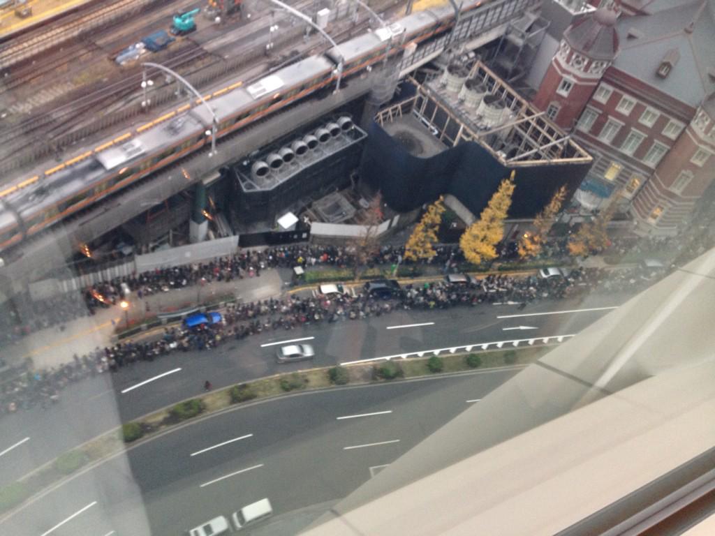 この行列、恐らく東京駅のなんかの記念Suicaの為の列!ぎゃ! http://t.co/zen65VLn6f