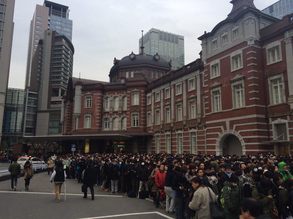 """@maisu_ ""@zaikabou 東京駅記念Suica、1万人超えてて、これ以上ならんでも買えませんと明言されているのに、なぜ並び続けるのか http://t.co/cabz9FdYS6""""  並び続けて人気を見せれば、再販フラグが立つからなと!"