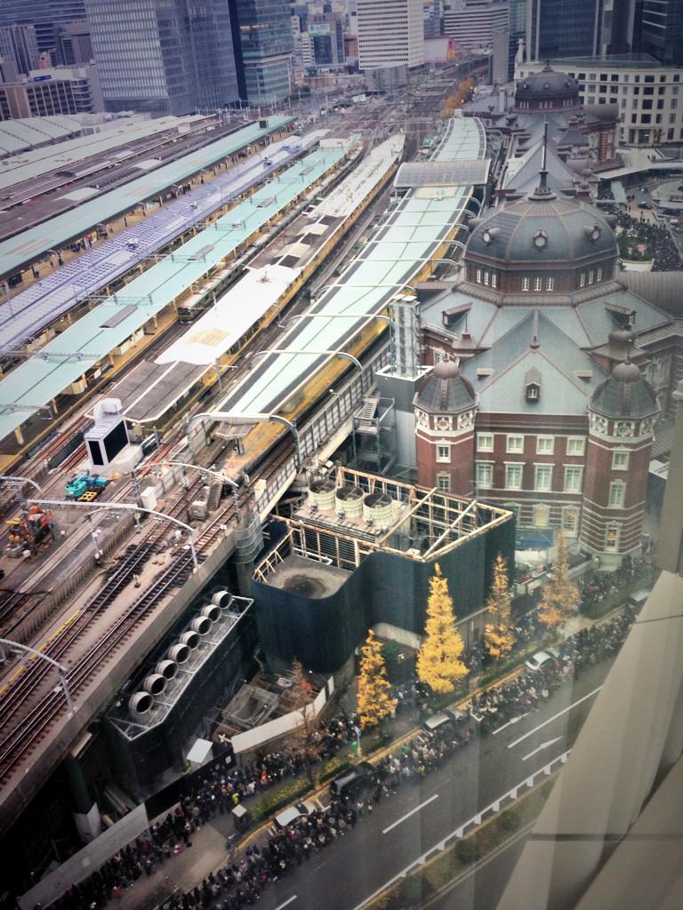 先程の東京駅100周年記念Suica列、見えづらいけど丸の内中央口の辺りから http://t.co/teXrbCdgDu