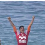 É CAMPEÃO!!! @gabriel1medina com apenas 20 anos se torna o 1º campeão mundial brasileiro! Parabéns Medina!!! http://t.co/92RwlOdwLb