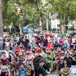 Cientos de personas nos acompañan en el pasacalles de la Semana de los Migrantes. Hermoso marco de público. http://t.co/hsHfjdVyJu