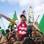 Conheça a história de Medina, o 1º brasileiro a faturar o mundial de surfe. http://t.co/cp035wgvT1 http://t.co/8uwLliaEGx