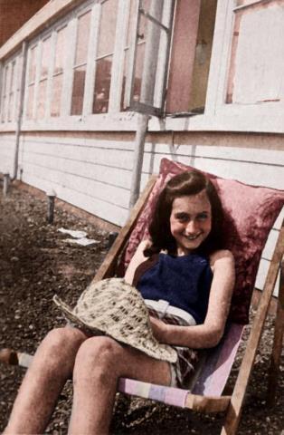 RT : Jewish diarist Anne Frank sunbathes on her roof, 1939 tnuchgMl1T