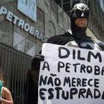 Batman faz protesto em frente à sede Petrobras, no Rio. http://t.co/vuJMYYRBJd [@BlogdoNoblat] http://t.co/Xb1MYVQbCE