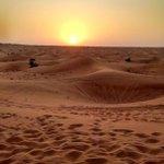 Atardecer en el desierto de Dubái, cálido, soleado, hipnótico... simplemente hermoso. Hoy aquí... pertenezco. http://t.co/leU88dsUYg